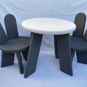 set stolik a dve stolicky