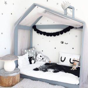 detská posteľ so strieškou
